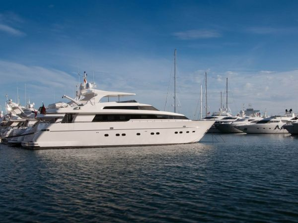 Crewed luxury boat charter vacations, Luxury Superyachts, Exclusive boat rental